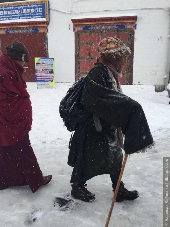 паломники на улице Баргхор в Лхасе