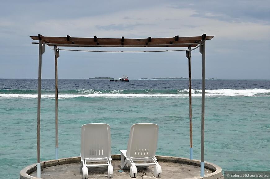 """Возле бунгало в 10 метрах пляж, практически всегда  безлюдный. Вход  в море со стороны """"Делюксов"""" с узкой полоской песка  и  кораллами. В отлив ( а они ежедневно  длятся по несколько часов) даже заплыть к рифу трудно, надо перейти на соседний пляж """"Стандартов"""", примерно в  30-50 метрах от """"Делюксов""""."""