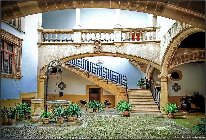 Это лучшее в Пальме патио - особняк Каса Олеза. Аристократическая каталонская семья Олеза так гордилась своим патио, что прикрепила свой фамильный герб к балюстраде.