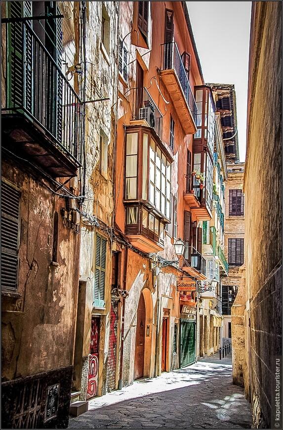 Старый город представляет собой зачаровывающий лабиринт старинных улиц, которые несомненно напоминают об арабском прошлом города. За исключением нескольких транспортных улиц, по которым всегда гуляют толпы туристов, большинство улиц Старого города очень узкие и тихие. Здесь находится множество интересных зданий, архитектуру которых можно легко сравнить с архитектурой итальянской Флоренции. Именно в Старом городе находятся знаменитые арабские бани. Здесь также можно встретить особняки местной знати времен расцвета ремесла и торговли: дом маркиза де Вивот, дом Берга, готическое здание Лонха. В этом же районе расположены арка Альмудайна, церковь Монтесьон, монастырь Святого Франциска, Епископский дворец.