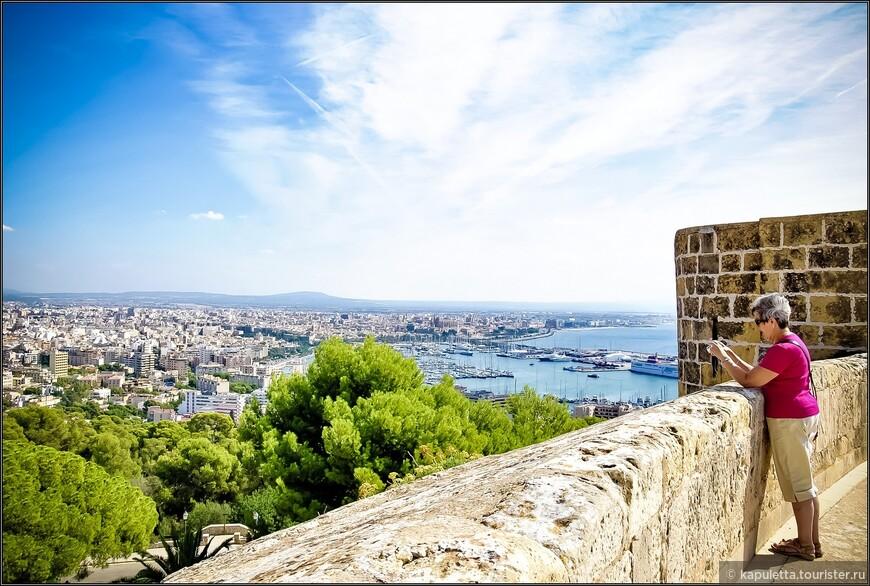Замок служил летней резиденцией королей Мальорки. Потом  он стал политической тюрьмой. Здесь  сидели французские военнопленные.