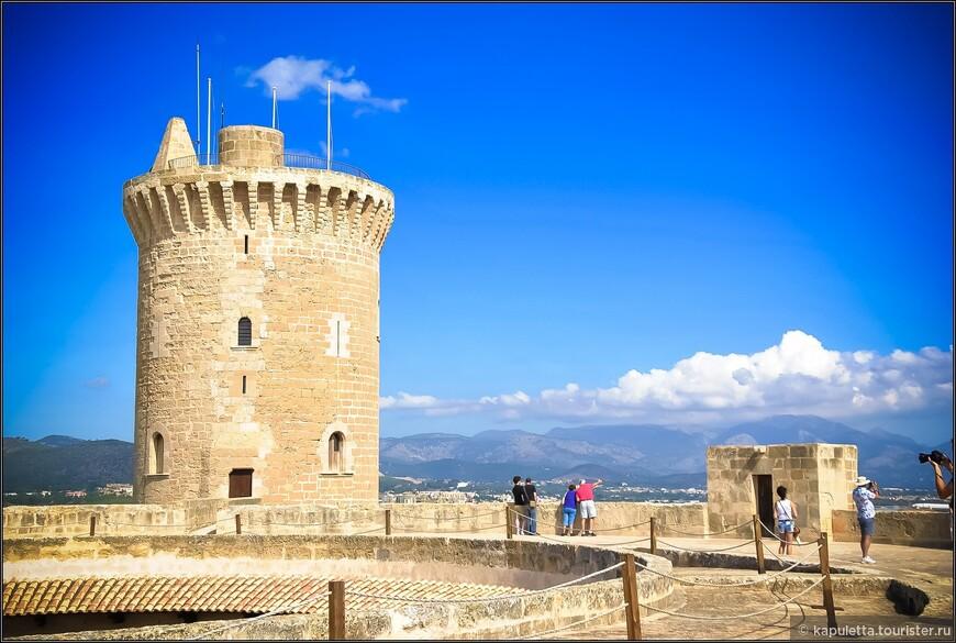 """Слово Бельвер - означает """"прекрасный вид"""". Замок имеет необычную круглую форму. 4 круглые башни обозначают  стороны света, самая большая - Башня Почета."""