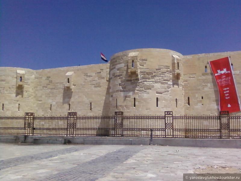Крепость Кайт-Бей, построенная на месте Александрийского маяка - одного из Чудес Света. Над крепостью развевается флаг Египта.