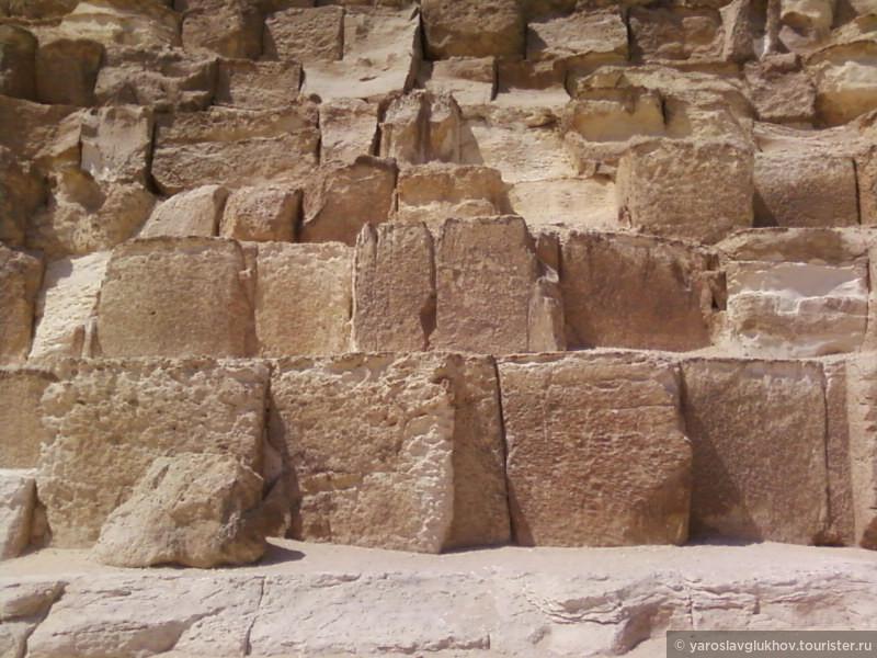Блоки пирамиды вблизи.