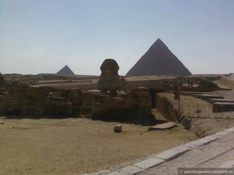 Сфинкс и пирамиды Гизы.