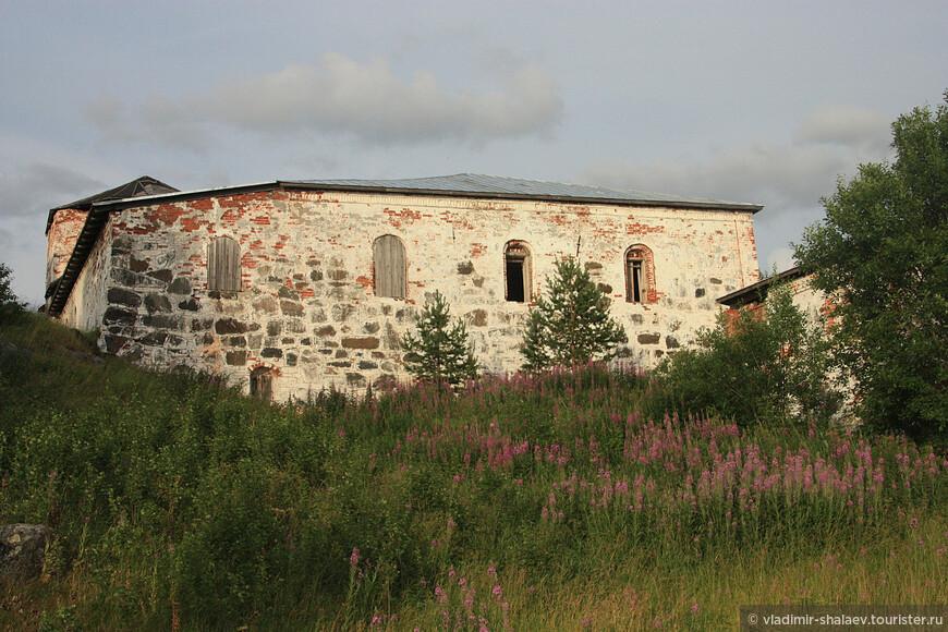 Трапезная - самая крупная палата в монастыре, стоит на самом склоне холма.