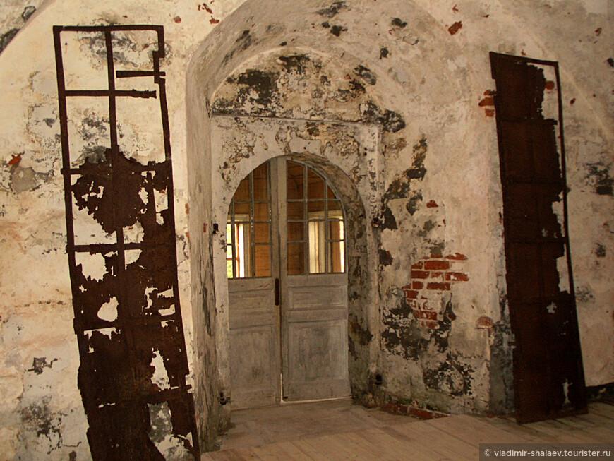 Древние входные ворота Крестовоздвиженского собора.