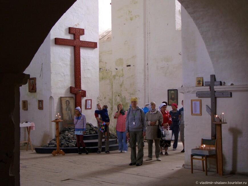 В Крестовоздвиженском соборе возобновились службы, в нем снова установлен крест, но такого количества святых реликвий в нём, естественно, уже нет.