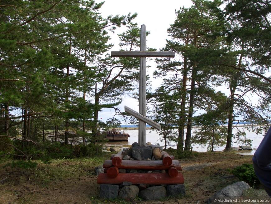 Этот крест поставлен в память  о патриархе Никоне недалеко от пристани.. На Севере это известная традиция - поклонные кресты ставились в благодарность Богу или как просьба к Нему.