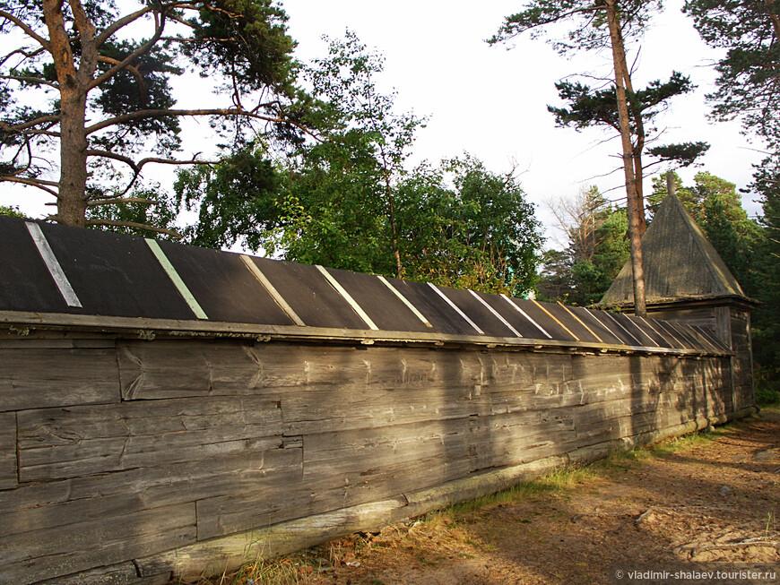 Монастырская ограда. (1658г. восстановлена в 1871г.) - это последнее сохранившееся сооружение в монастырском ансамбле. Когда-то она охватывала весь монастырь, имела 8 башен и даже несколько пушек - монастырь ещё в 1854 году был обстрелян английской эскадрой (до этого так и не сумевшей взять Соловки).