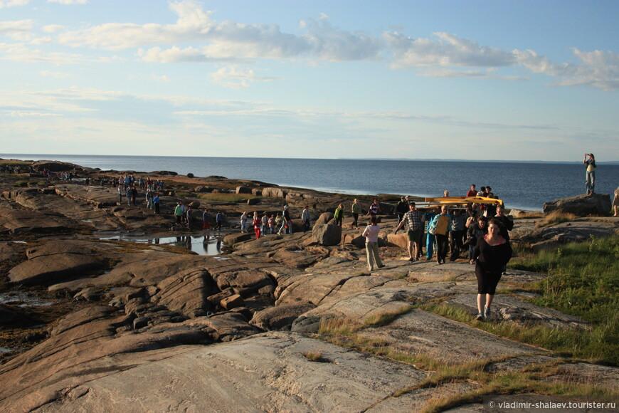 Все отдыхающие и туристы прошли крестным ходом от храма до южной точки острова, поочереди неся крест..