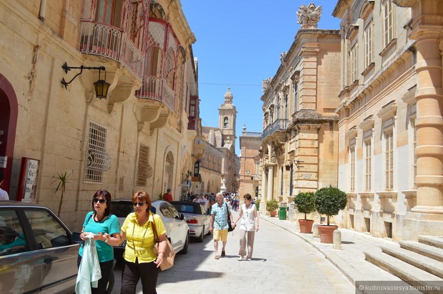Мдина – это древняя столица Мальты, город-крепость, расположенный на высоком плоском холме. Большое поселение на этом месте существовало еще более 3000 лет назад, при финикийцах. Этот город описывали Цицерон и Ливий. По легенде в 60-е годы н.э. на Мальте высадился апостол Павел – родоначальник христианства на этом острове, он также бывал в Мдине. Сегодня в Мдине живет всего несколько сотен человек, многие из них представители древнейших родов Мальты.
