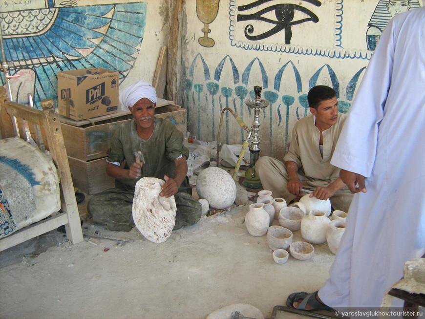 Мастера делают различные изделия из камня.