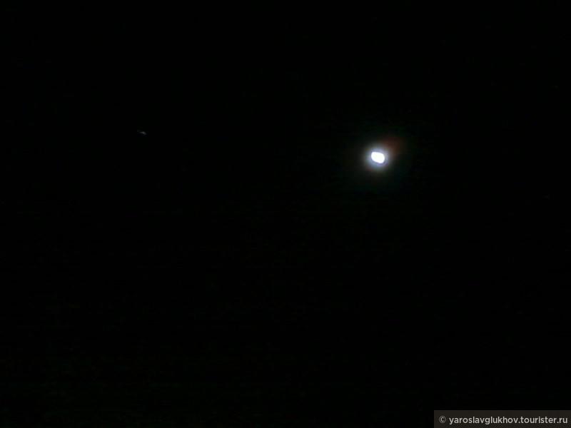 Луна и Сириус на ясном египетском небе.