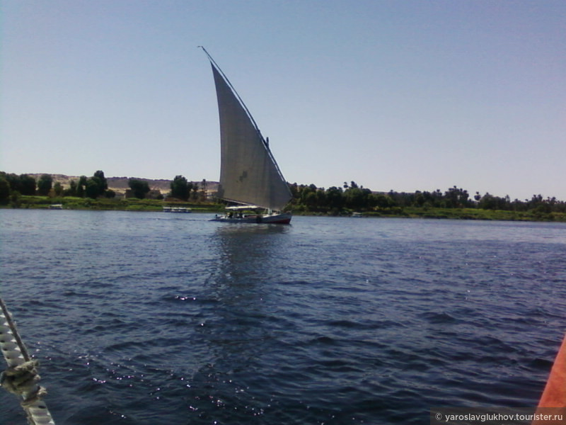 Кораблик плывёт по Нилу.