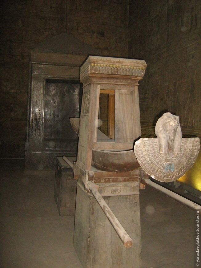 Ладья в храме Эдфу.