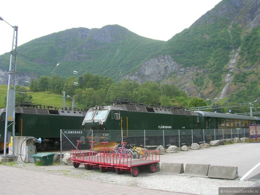 Эти два состава железной дороги Flåmsbana стоят в тупике на конечной станции Флом, которая находится на берегу фьорда на высоте 2 метра над уровнем моря. После прокладки автомобильных дорог и тоннелей между городами Норвегии, железная дорога стала использоваться в основном туристами. Вот и мы прокатимся. И всего через 9, 5 км окажемся на высоте 800 метров...