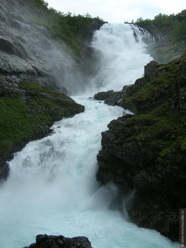 Водопад  мощный, зрелищный. Мы специально брали тур на конец июня-начало июля, когда  в Норвегии водопады наиболее полноводные и длинный световой день