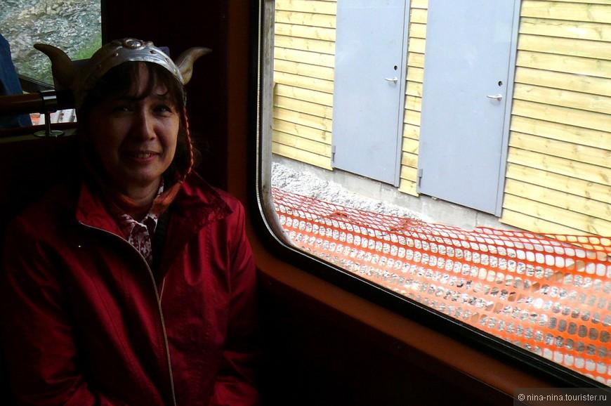На какой-то станции железной дороги в кадр попали скромные двери служебного помещения