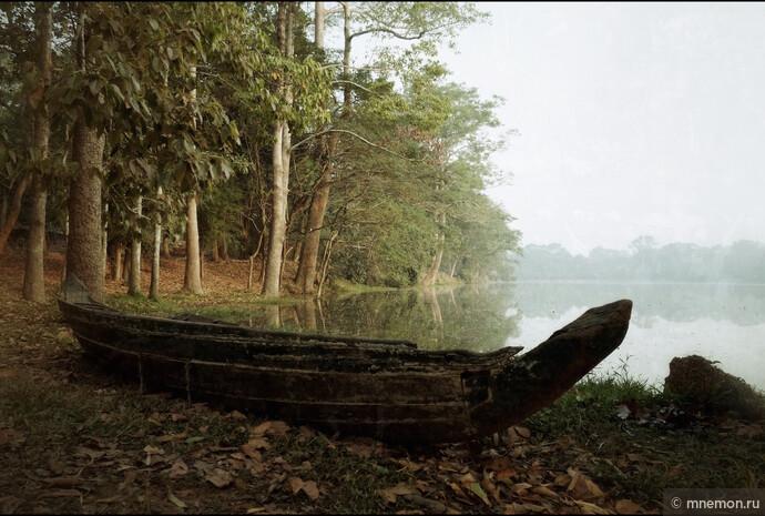 Лодка на берегу рва вокруг комплекса Ангкор Ват.