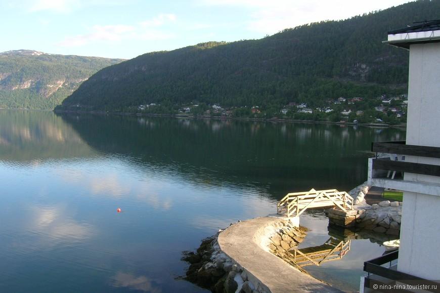 Около отеля есть небольшая спортивная зона, дорожки, мостики, тут же в маленькой бухточке лодочки и прочее - все необходимое для полноценного отдыха.