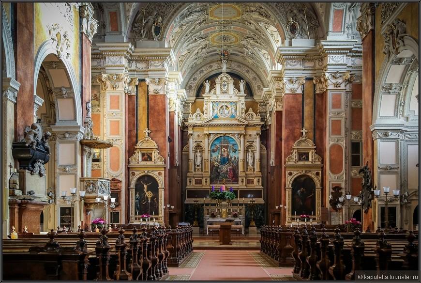 В 1638 году в церковь попала молния, произошел пожар. Это был не первая трагедия, которая заставила монастырь сильно пострадать. Решено было восстановить сгоревший монастырь. Церковь отстроили заново. Иоахим фон Зандрарт вырезал новый алтарь. Кстати, в пожаре 1638 года уцелел старый алтарь. Этот алтарь, созданный в 1470 году, интересен и по сей день как образец готики. Кроме того, виды города, изображенные на алтаре, показывают, какой была Вена в XI веке.