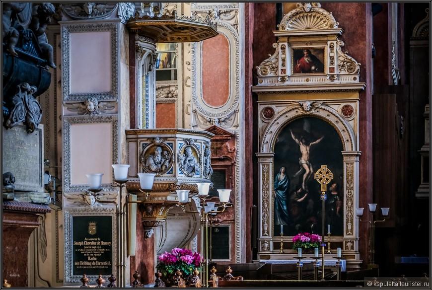На кафедре изображены святве отцы церкви.