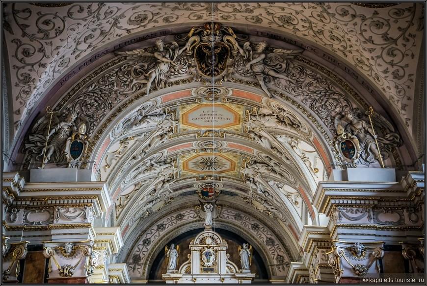 На потолке Юлий Шмид сделал роспись. Аббатство бенедиктинцев – это один из самых старинных венских монастырей. Музей в стенах «шотландского» аббатства хранит память о событиях средневековья.