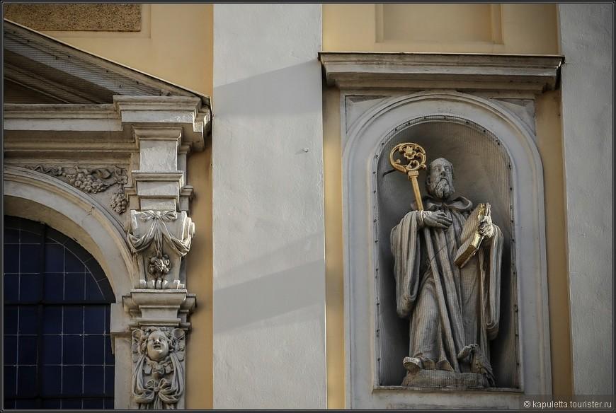 Аахенский собор 817 года постановил, что монахи сами должны стирать и чистить свою одежду. Для этого предусматривались специальные помещения, емкости, мыло, щелок, горячая вода.  Раз в две недели устраивалась общая стирка. Постановления Бурсфельда требовали от монахов, чтобы они стирали свою сорочку один раз в месяц летом и два раза — зимой. Это, по меньшей мере, занимательно.  Разрешалось разговаривать между собой во время стирки. Одежду сушили в специальном месте или расстилали прямо на траве. Вешать ее на веревке запрещалось. Еженедельные дежурные стирали скатерти и салфетки (для рук и лица или для ног), а также носовые платки примерно такого же размера, как и полотенца для рук. Эти платки монахи носили привешенными к поясу.  Монахи, отправляясь в туалет, должны были предварительно снять свой куколь. С другой стороны, выделения из носа или рта следовало тщательно растереть по полу ногой, не только для того, чтобы не вызвать тошноты у слабонервных братьев, но и для того, чтобы братья во время молитвы не испачкали своей одежды.