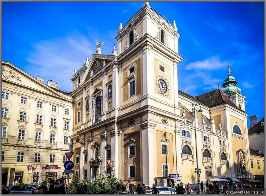 В 1160 году ирландские монахи начали строить первую церковь в Вене. Этот храм впоследствии стал усыпальницей самого Генриха II. В 1200 году церковь освятил епископ Пассау. Храм служил пристанищем пилигримов и рыцарей-крестоносцев, проходивших через Вену по дороге в Иерусалим.