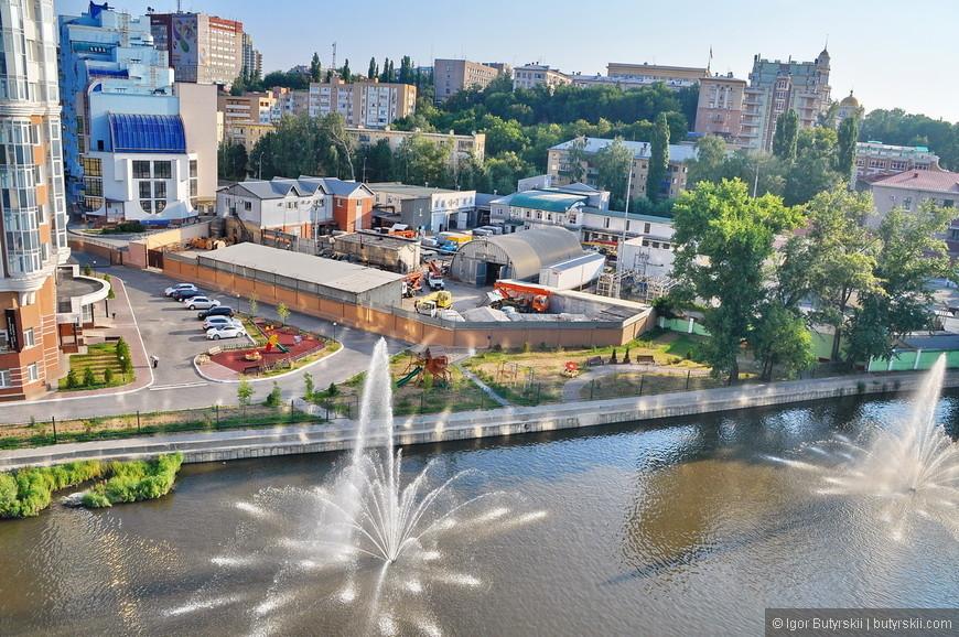02. В центре города занял огромную площадь отель Mercure также забрав себе часть пруда (реки), но зато облагородил территорию.