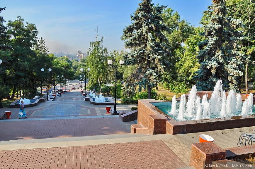 10. Спуск от площади и конечно же десятки фонтанов.