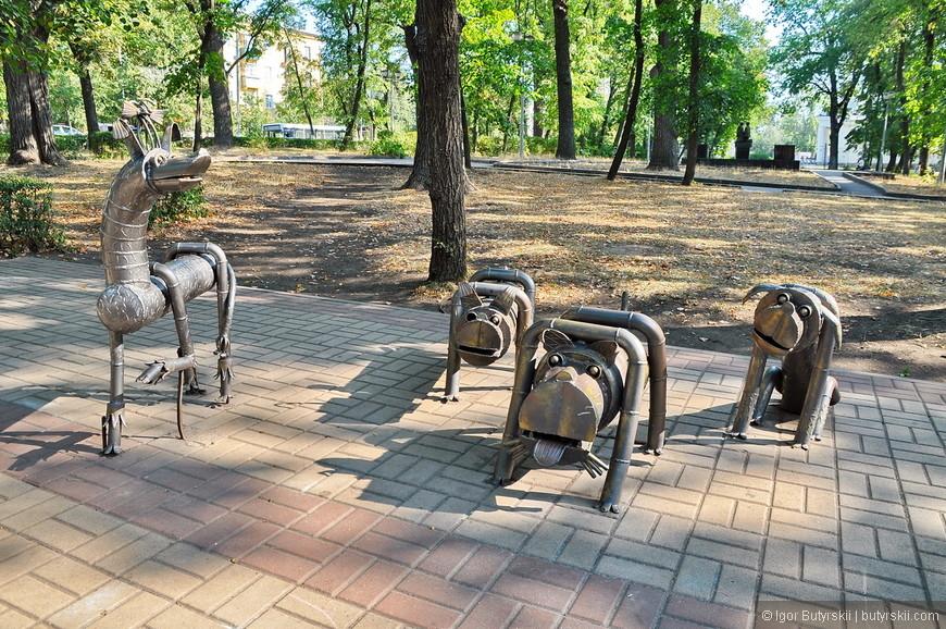 21. А это выставка в парке в стиле «ЖКХ Арт», конечно не бронзовые статуи, но уже не собаки из покрышек.