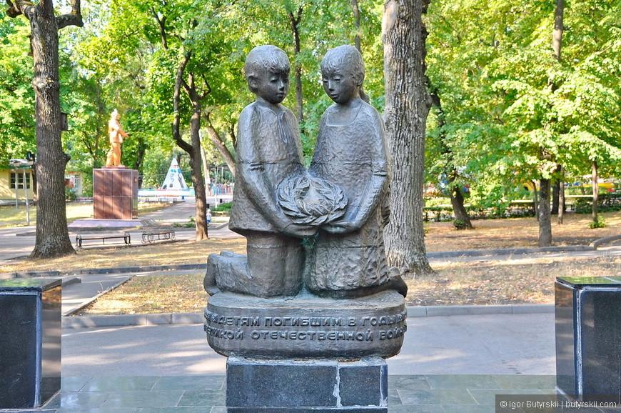 24. Памятник детям немного мрачноватый, тем более, что он находится в парке.