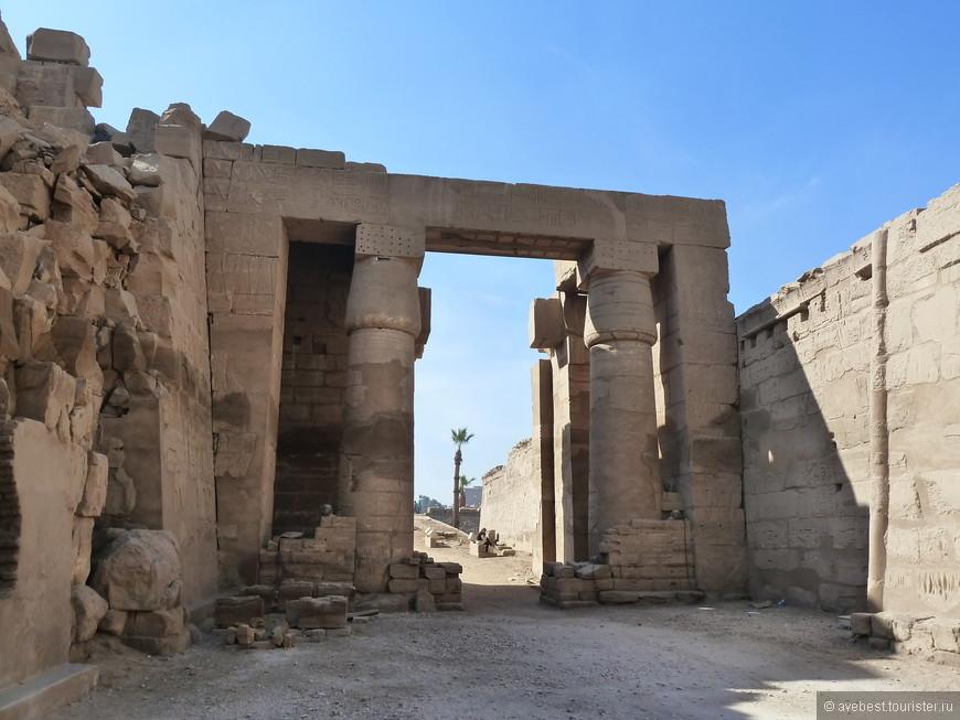 Еще 200 лет назад Карнакский храм был засыпан большим количеством песка. Лишь в 19 веке археологи начали раскопки, причем работа продолжается по сей день.