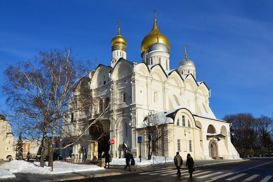 Благовещенский собор. Московский Кремль. Собор был построен в 1489 году псковскими мастерами на белокаменном подклете конца XIV — начала XV веков (оставшегося от старого собора) и изначально был трёхкупольным. Собор серьёзно пострадал при пожаре 1547 года и восстановлен в 1564 году, с надстройкой двух глав с западной стороны. В 1572 году к собору было пристроено крыльцо, впоследствии получившее название Грозненского.  Частично сохранилась роспись, сделанная в 1508 году художником Феодосием, сыном Дионисия, «с братиею». Изначальный иконостас собора содержал иконы, написанные в 1405 году Андреем Рублёвым и Феофаном Греком.