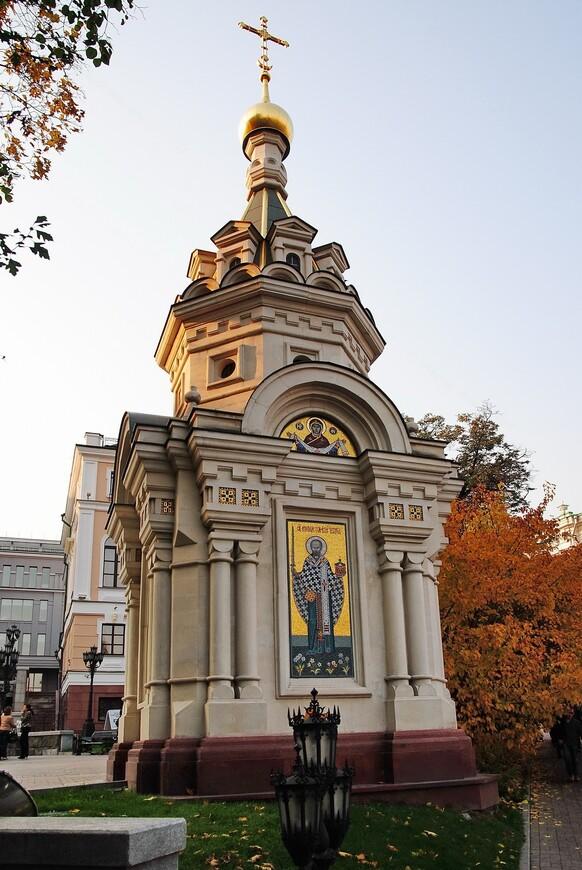 Часовня Николая Чудотворца. Расположена по адресу: перекресток улиц Знаменка и Волхонка. Памятная шатровая часовня на месте уничтоженного в 1932 году древнего храма Николы Стрелецкого была возведена в 2006-7 годах.