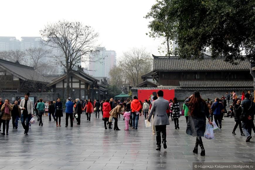 """Площадь у главного входа, сначала мы попадаем на """"широкий"""" переулок Куаньсянцзы"""