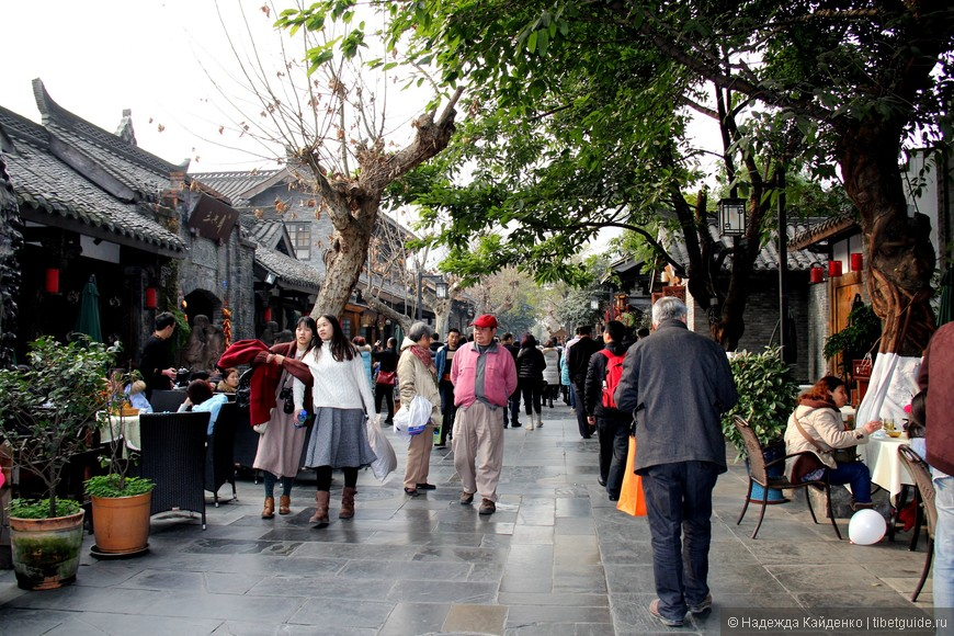 Чэнду считается самым романтичным и расслабленным городом в Китае, из того, что я видела, это действительно, так - горожане большие любители прогулок, чаепитий, игр в мацзян.. все, что угодно, только не пустые рабочие будни