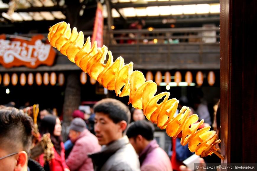 самое вкусное, что я открыла на этой улице, нарезанный спиралью картофель, жаренный в масле, такие вот сычуаньские чипсы, если их помазать перчиком сверху
