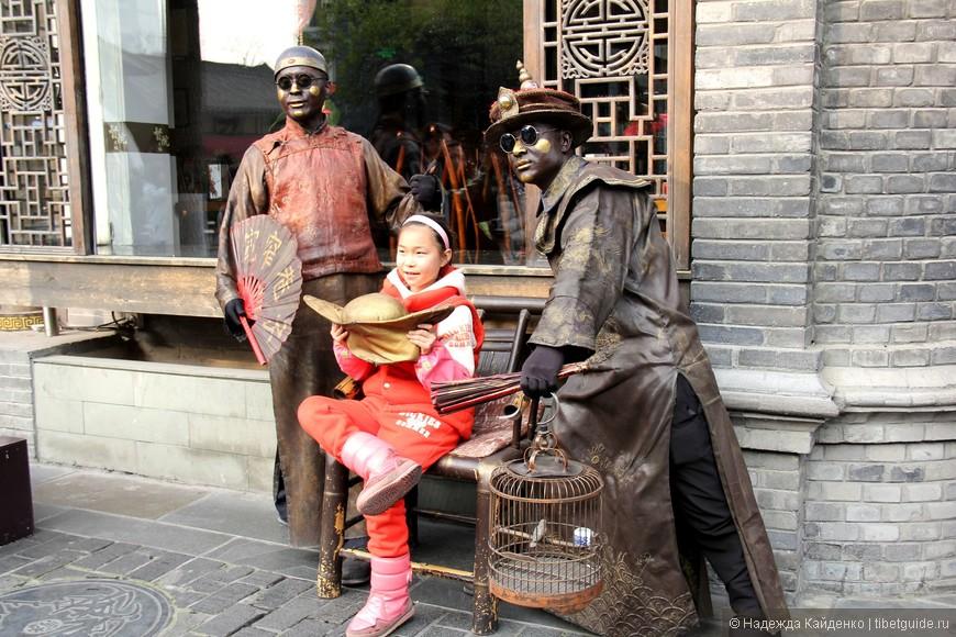 """такие """"статуи"""" - особенность туристического Чэнду"""