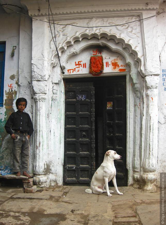 Обычный дом... Обычная жизнь... Над дверью, видимо, изображение индуистского божества, - здесь трудно разобрать, но чаще всего это бывает Ганеша, который, считается, что приносит удачу...