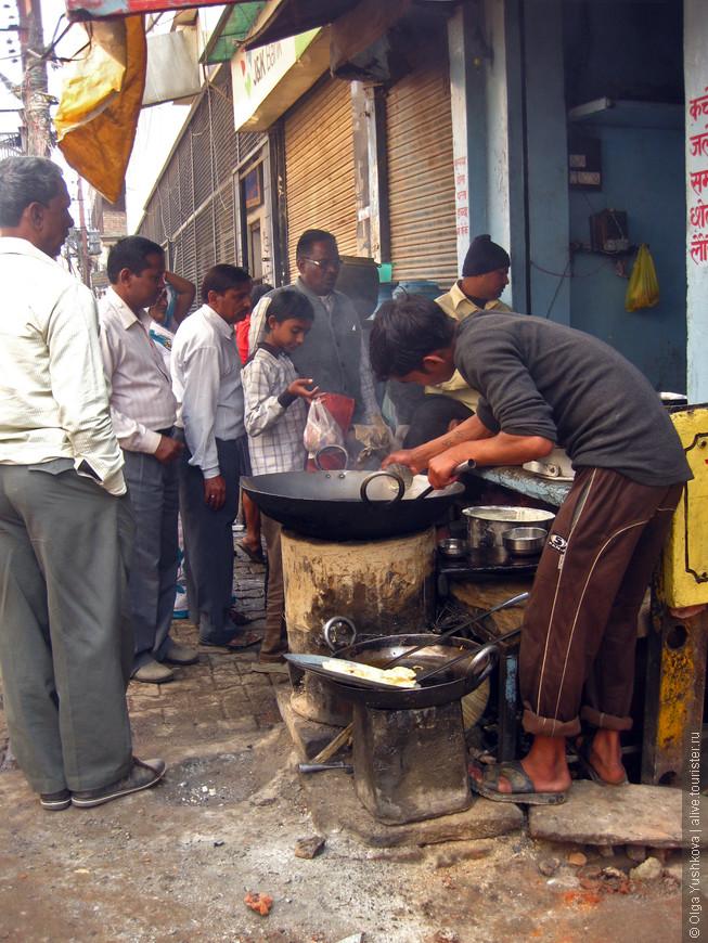 """Вот в таких уличных самодельных """"пекарнях"""" можно питаться совсем задёшево, если очень хочется сэкономить в поездке по Индии... Но я ни разу не рискнула даже попробовать то, что там готовится )))"""