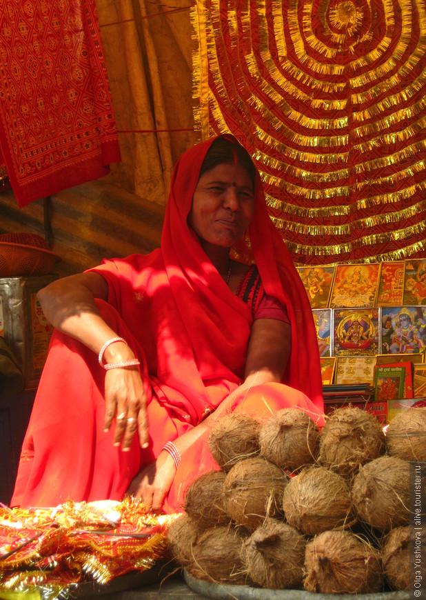 Продавщица кокосов на улице...