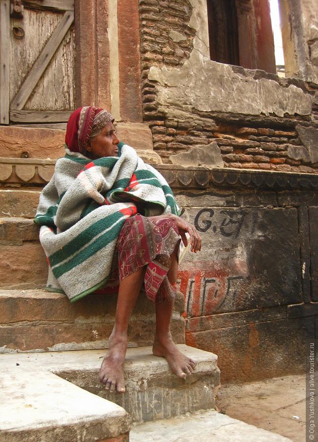 """По утрам и вечерам пожилые жительницы Варанаси часто сидят на ступенях своих домов почти неподвижно и наблюдают за окружающей """"рекой жизни""""..."""