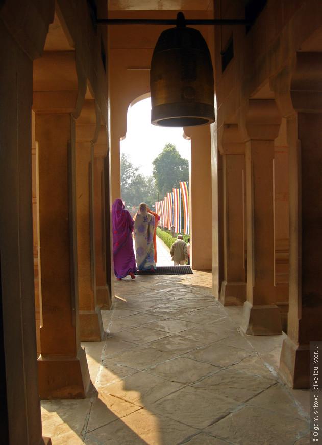 Храм на территории Сарнатха (недалеко от Варанаси)... Буддийский островок среди огромного количества индуистских храмов Варанаси и его окрестностей...