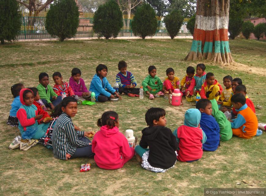 Индийские дети на пикнике в Сарнатхе... )))