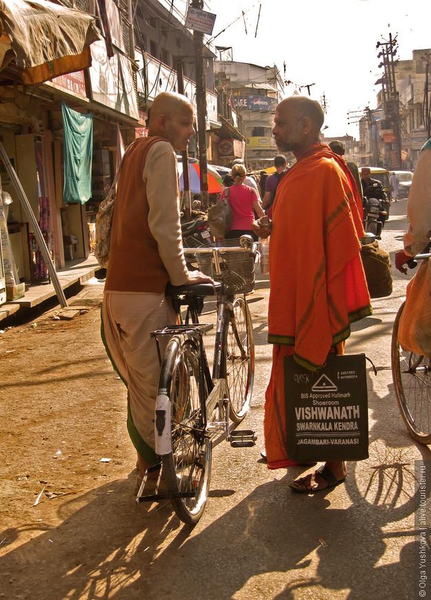 Днём жизнь на центральных улицах Варанаси бурлит и кипит... Здесь на переднем плане, судя по всему, - вайшнавы, последователи Вишну и Кришны...