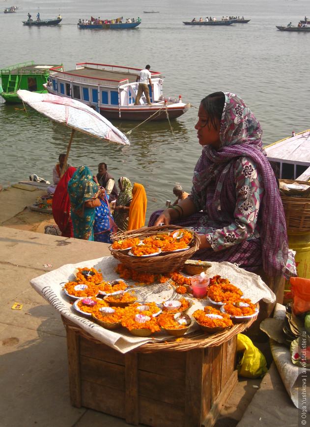 Цветы для церемоний поклонения Ганге...