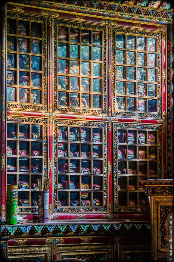 это стелажи для священных текстов. которые у них выглядят в виде длиненьких дочек, сложенных стопочкой и завернутых в специально пошитые в ритуальные цвета и формы тряпочки